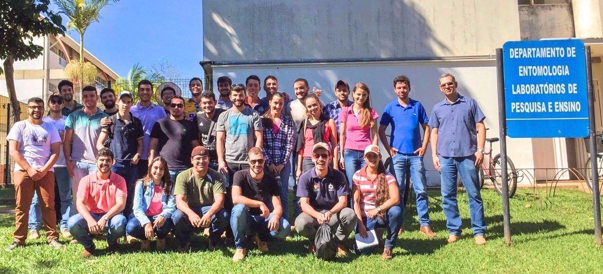 O professor Ézio Marques (em pé, último à direita) com seus alunos, durante visita à Entomologia.
