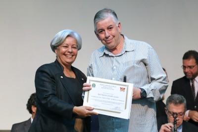 O professor Marcelo Picanço recebeu a homenagem em nome do professor Raul Guedes.